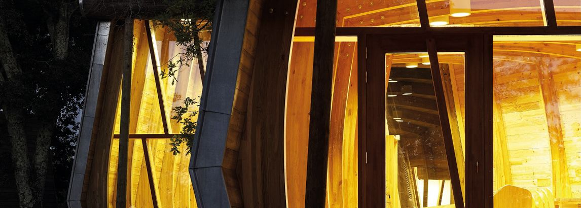 Construction et décoration 100% pin maritime pour ces bureaux nichés dans la nature