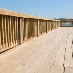 Platelage et garde-corps en pin pour rénover l'estacade sur ce lac marin